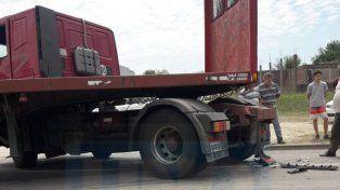 Violento choque entre dos camiones y una Suran