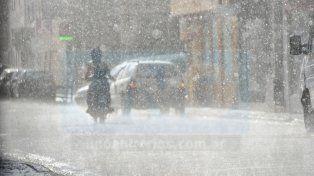 Tras el agobiante calor, se registran lluvias y tormentas fuertes desde la madrugada de este domingo