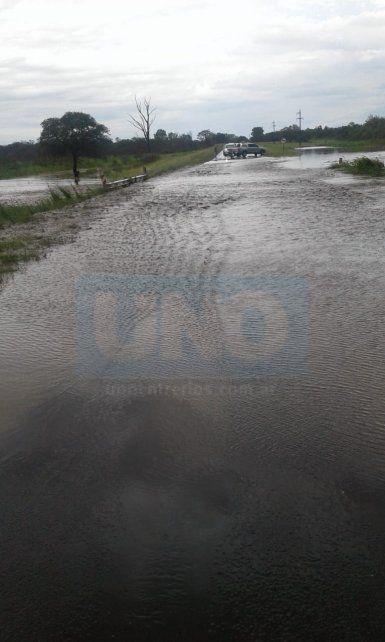 Por la tormenta, está desbordada la ruta en La Picada