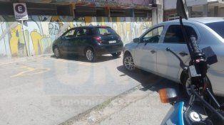 Nena encerrada en el auto: padres enojados con la Policía y vecinos chusmos