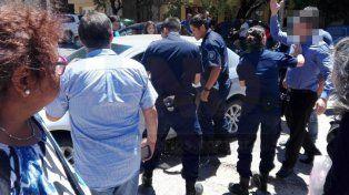 Gritos cruzados. El padre de la nenita discutió con los policías y los vecinos le dijeron de todo.