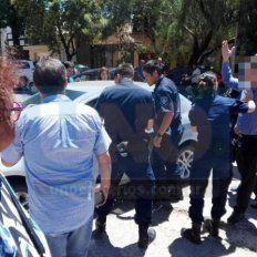 Cruces y acusaciones. El padre se enojó con los vecinos chusmos y los Policías.