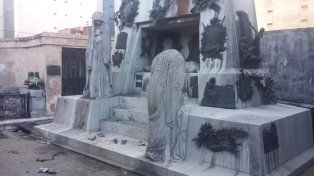 Escena del crimen. El mausoleo de Falcón en el cementerio de la Recoleta no padeció grandes daños.