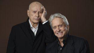 Set. Douglas y Arkin, dueto implacable. Al actor de Atracción fatal lo sedujo la historia de Chuck Lorre (arriba).