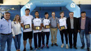 Con los olímpicos. Bordet distinguió a los deportistas que estuvieron en los Juegos de la Juventud.