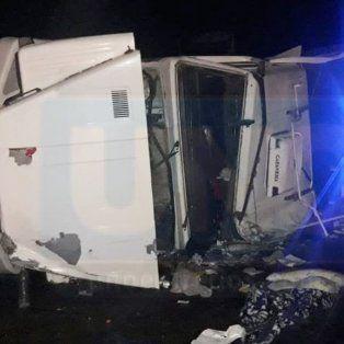 Bomberos trabajaron para salvarle la mano a un camionero