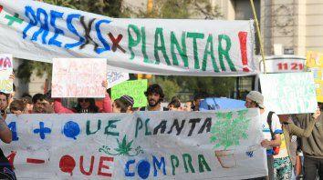 Uno más que planta es uno menos que compra, dice en la bandera en una marcha de 2016.