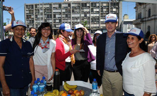 Propuesta. El gobernador y la ministra recorrieron los stands instalados en la plaza Mansilla.