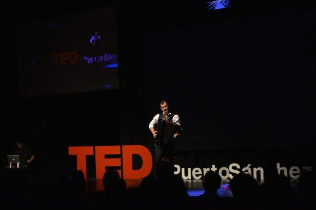 Aldo Taborda con su acordeón en vivo.