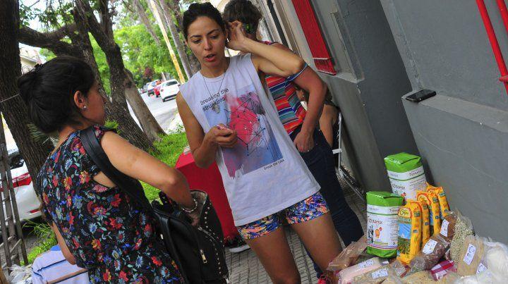 Sabina explicando los productos que ofrece en el puesto de Revolución Sideral.