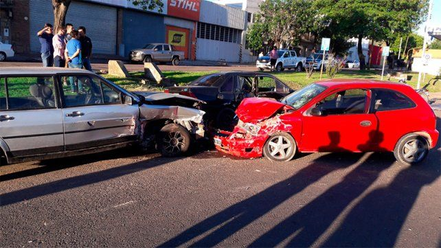 Intentan establecer las causas del choque de un auto a dos que estaban estacionados