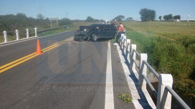 Frente destrozado. El Bora quedó muy dañado tras chocar con la Toyota.