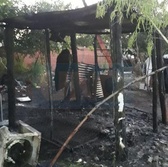 Peligrosos incendios con una persona quemada y una casa destruida