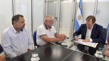 Acuerdo. Bordet firmó el instructivo con los secretarios generales Muntes y Allende.