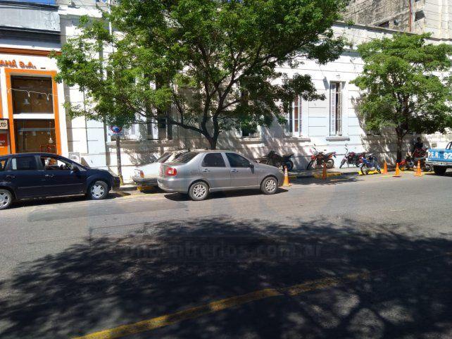 Enojo con la Jefatura por ocupar con vehículos gran parte de la cuadra