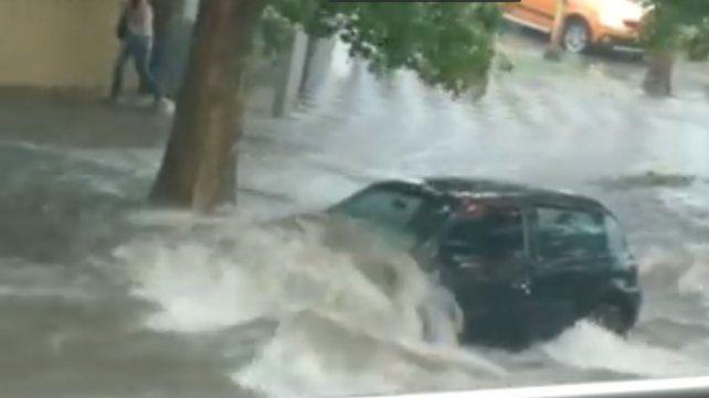 Un auto estacionado sufre la violencia del agua.