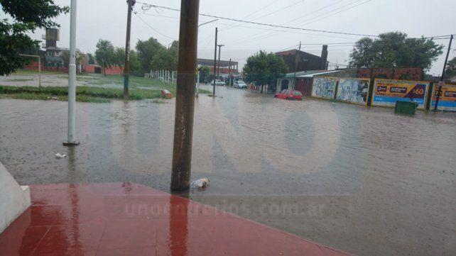 Desbordadas. Las calles del Paraná XVI sintieron el rigor de la intensa lluvia.