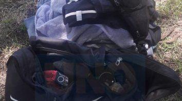 Mano larga. El detenido extrajo el bolso del interior de un utilitario.