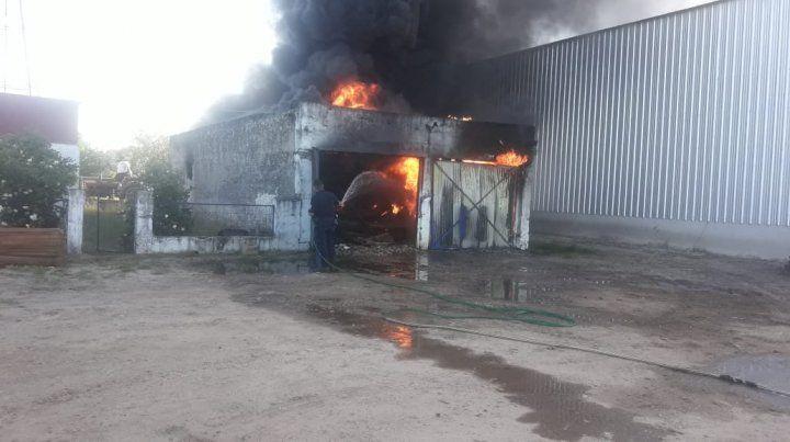Incendio en un galpón lleno de herbicidas, gasoil y herramientas rurales