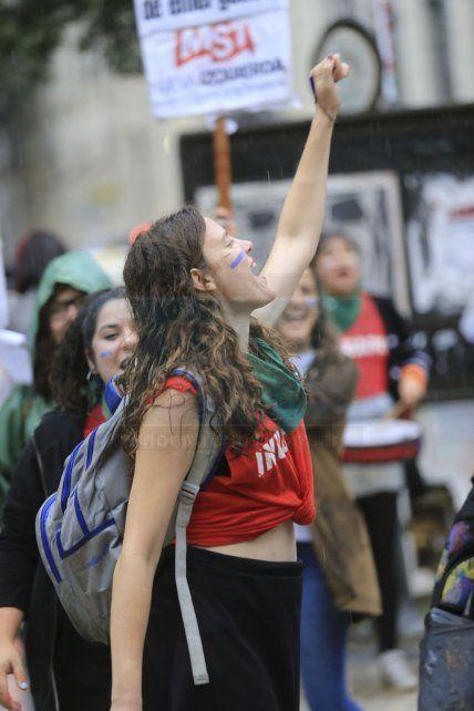 Bajo la lluvia, marcharon contra la violencia de género