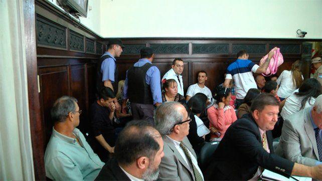 Padre e hijo. Gonzalo junto a Matías esperarán la resolución del tribunal.