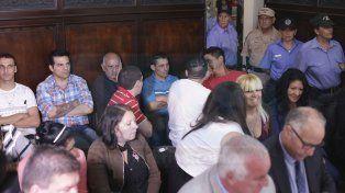 Ajustados. En el salón del TOF sentaron a los 22 procesados y la decena de abogados defensores.