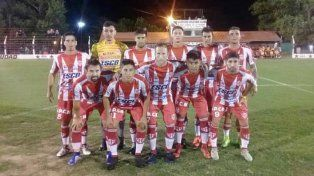 El festejo del goleador de Atlético Paraná