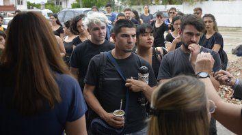 Manifestantes escuchan las explicaciones del contador José María González.