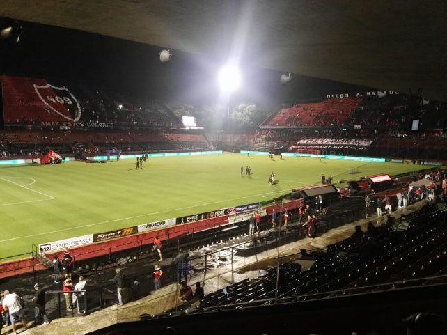 Val llegando los hinchas leprosos al estadio Marcelo Bielsa.
