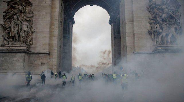 París fue un caos por una batalla campal contra la suba de combustibles