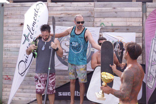 Juan se subuió al podio.