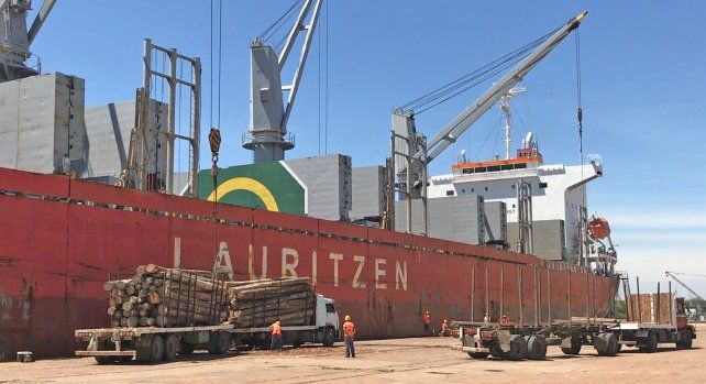 Trabajo. Más de 120 personas por turno se ocupan de forma directa en la carga del buque.