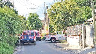 Consternación. La Policía cercó calle Procesión Náutica y los vecinos no podían creer lo que le pasó a Larsen.
