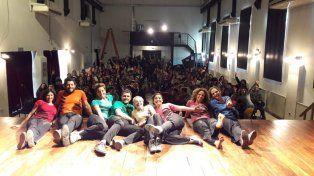 El grupo disfrutando de una función a sala llena.