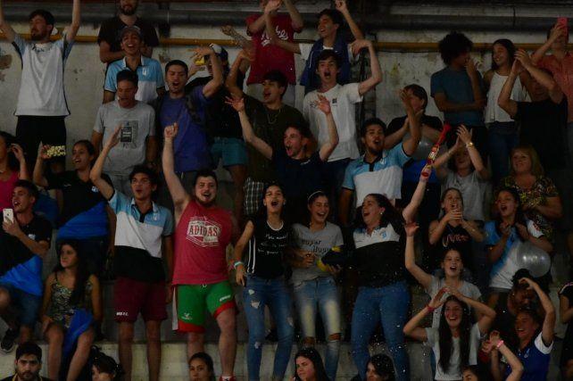Es una fiesta la tribuna de Olimpia.