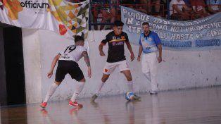 Saúl Leguizamón anotó el tanto de La Salle y acá da una mano en la marca.
