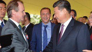 Vínculo. El primer mandatario provincial estrecha la mano de Xi y abogó por un vínculo más fuerte.