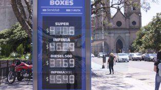 Surtidores. Expendedores locales de YPF ya despachan combustibles con los precios actualizados.