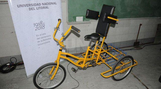 Estudiantes fabricaron una bicicleta adaptada y la entregaron a Subite a la bici