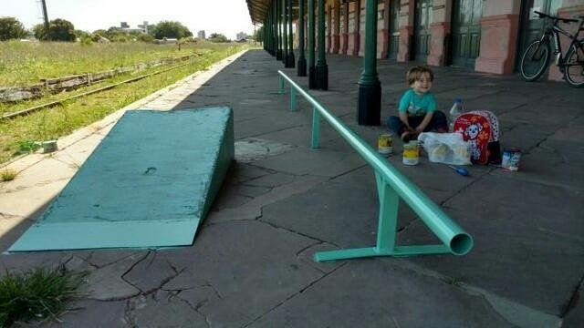 Feliz porque pintaron la rampa y la baranda.