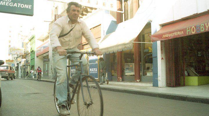 Ciclista por calle Buenos Aires. 07/11/2003.