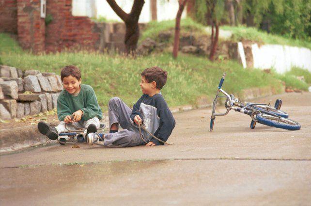 Chicos Jugando con la patineta y la bicicleta.16/04/2004