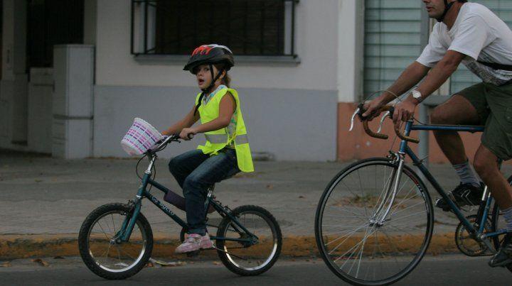 Seguridad vial. Nena con casco en la bicicleta. 25/04/2009.