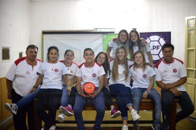 En el ente madre. Las chicas del seleccionado y el cuerpo técnico en la sede de la Liga Paranaense de Fútbol.