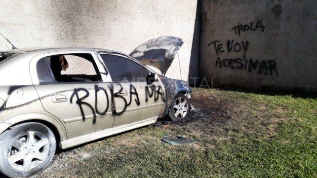 Le incendiaron el auto y le escribieron: Roba maridos