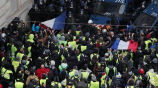 Miles dechalecos amarillosse encuentran congregados en las avenidas adyacentes a la plaza del Arco del Triunfo.