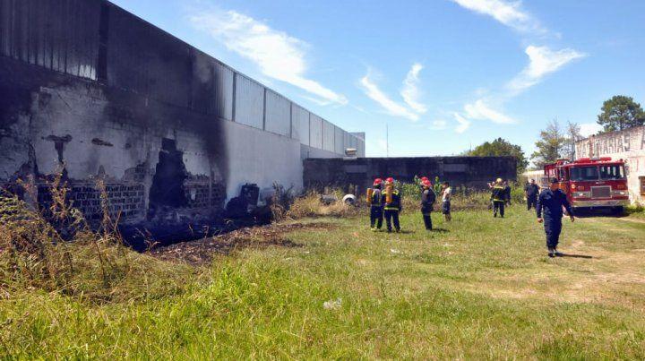 Incendio exterior. El fuego se inició en las afueras de los galpones.