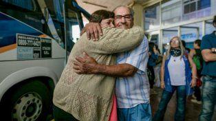 Abrazados. Faustina y Mario se encontraron en la terminal de ómnibus de Santa Fe el jueves. Ahora