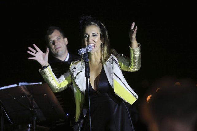 Aldo Taborda en el acordeón y Agustina Arias con su voz enfrentando el viento frío.