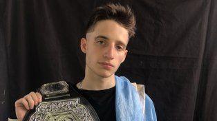 Wos con el cinturón de campeón mundial.